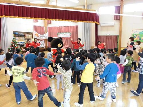 宮城県東松島市で子ども達とクリスマスリース作りを行いました。