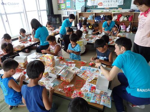 宮城県石巻市と東松島市の子ども達とプラモデル作りを行いました。